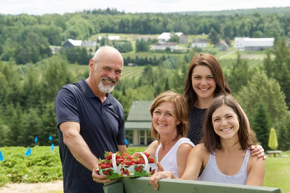 Fraises autocueillette vue agrotourisme famille cueillette